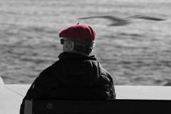 un béret rouge contemplatif